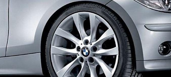 Легкосплавное дисковое колесо (V-образные спицы) 217 для BMW 1 Series E81/E87 (код 36116775635)