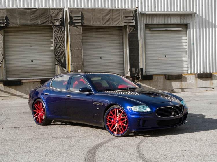 Maserati Quattroporte темно синего цвета
